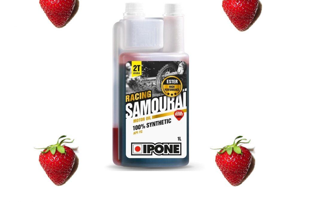 IPONE SAMOURAI RACING 2T to w pełni syntetyczny olej silnikowy przystosowany do wysilonych jednostek dwusuwowych motocykli wyczynowych. Dostępny również w wersji o zapachu truskawki!